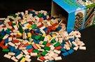 Dřevěné domino barevné v tubě - 800 ks